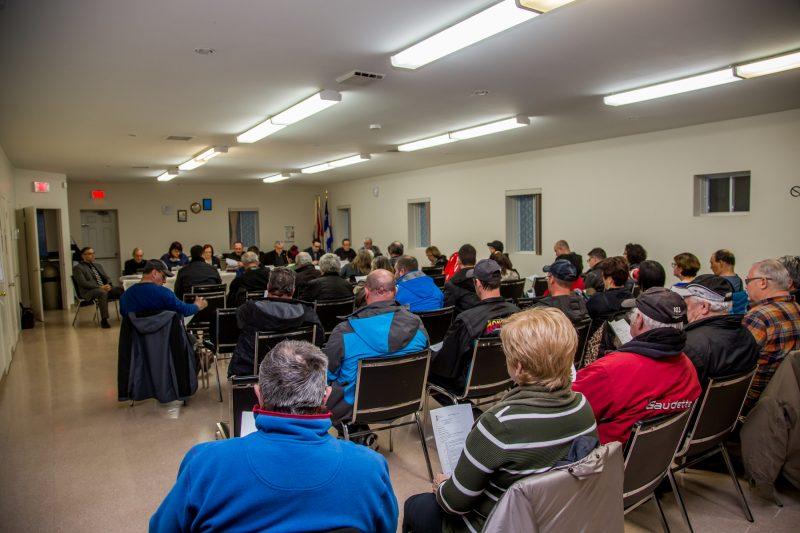 La séance du conseil municipal du 4 avril a attiré une cinquantaine de citoyens. | TC Média - Pascal Cournoyer