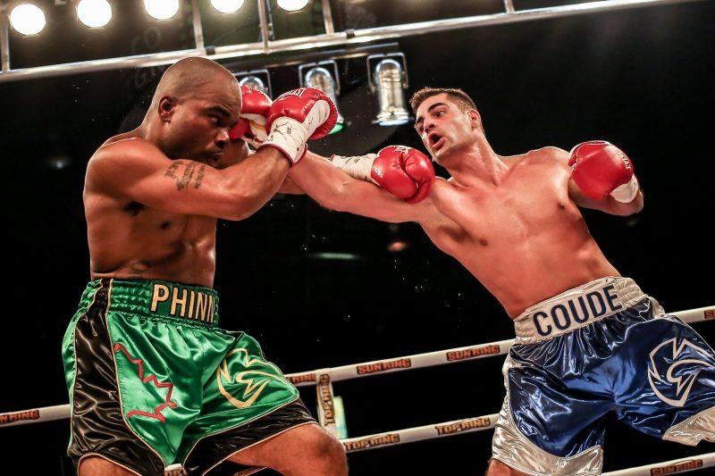 Guillaume Coudé (à droite) a perdu sa fiche parfaite lors de son combat contre Shakeel Phinn (à gauche) le 20 novembre 2015, au Colisée Cardin. | Photo: TC Média – Pascal Cournoyer