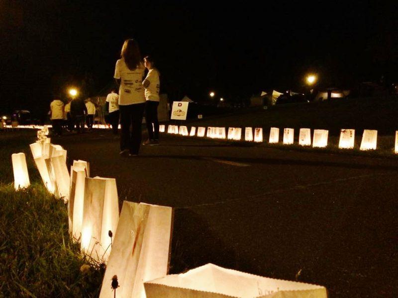 Même si la nuit et le froid se sont avérés difficiles à supporter pour les participants du Relais pour la vie, la solidarité les a réunis lors de cette marche de 12 heures pour la lutte contre le cancer. | Photo : TC Média – Julie Lambert