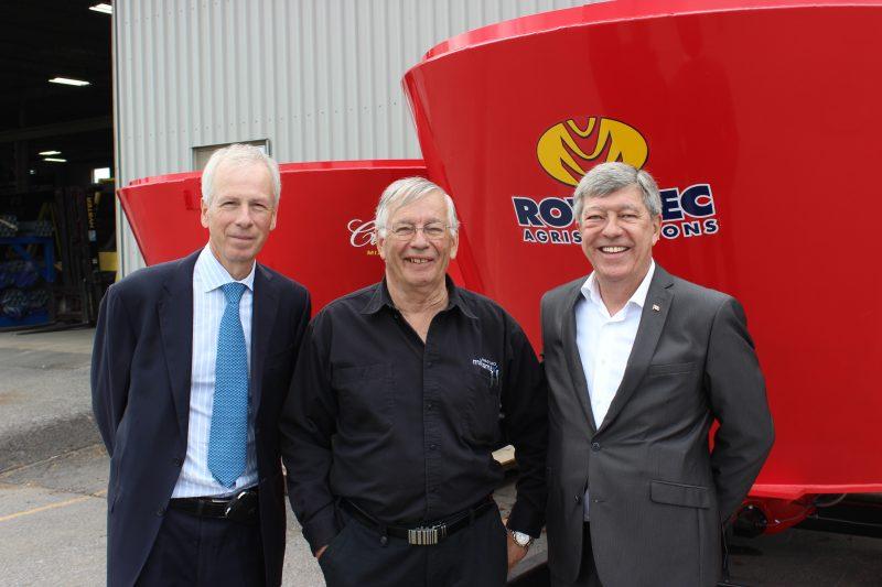 Stéphane Dion en compagnie du propriétaire de Rovibec, Victor Rousseau et du candidat du PLC dans Bécancour-Nicolet-Saurel, Claude Carpentier. | TC Media – Sébastien Lacroix