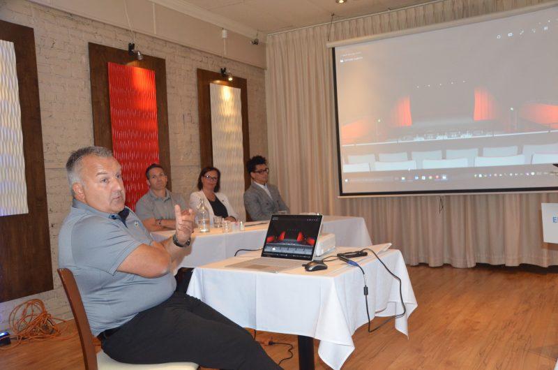 L'architecte Éric Champagne explique le projet de rénovation aux médias, partenaires et élus présents. | Photo: TC Média - Jean-Philippe Morin