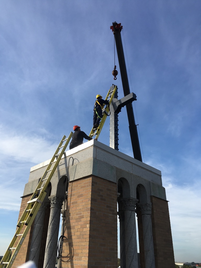 La croix au sommet du Centre Sacré-Cœur a été retirée afin d'être restaurée. | Gracieuseté