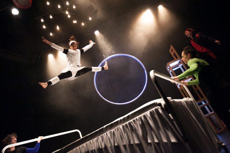 Les acrobates de la troupe Nuages en pantalon amuseront les élèves de 5e et 6e année. | ©Nicola-F Vachon
