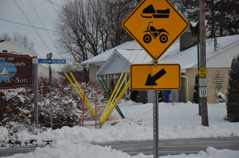 Le Club des Neiges Sorel-Tracy a mis en place des mesures pour diminuer les inconvénients causés par le passage des motoneigistes sur la rue Avelin-Péloquin à Sainte-Anne-de-Sorel. | TC Média - Sarah-Eve Charland