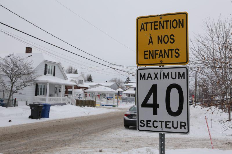 Ce panneau sur la rue Albert a pour objectif d'augmenter la sécurité près du CPE des Marguerites.   Photo: TC Média – Pascal Cournoyer