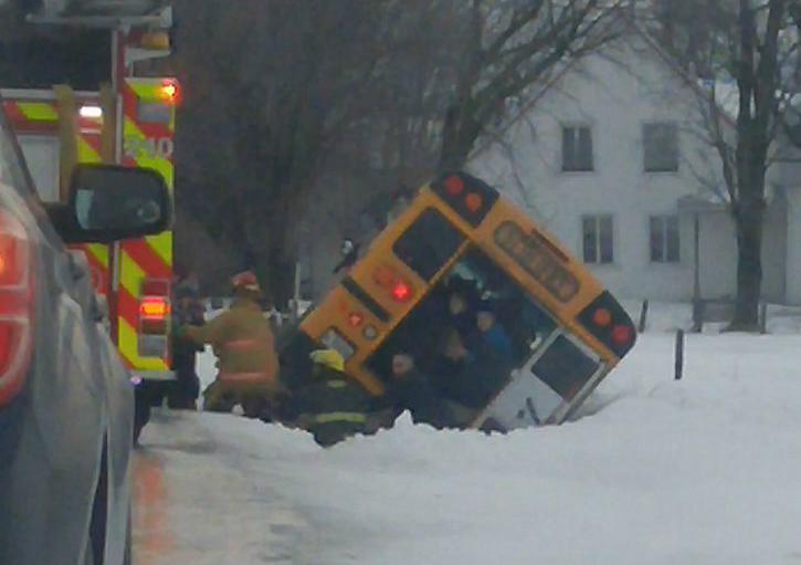 Un autobus scolaire fait une sortie de route sur le rang Saint-Antoine, à Saint-Gérard-Majella. | tirée de Facebook