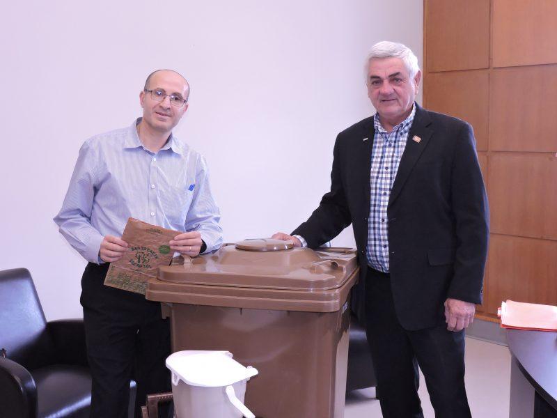 Le préfet Gilles Salvas et le coordonnateur à la gestion des matières résiduelle , Mohamed Aliouane, présentent le bac brun (39 pouces de haut (100 cm) qui sera utilisé en 2017. | Photo TC Média - gracieuseté