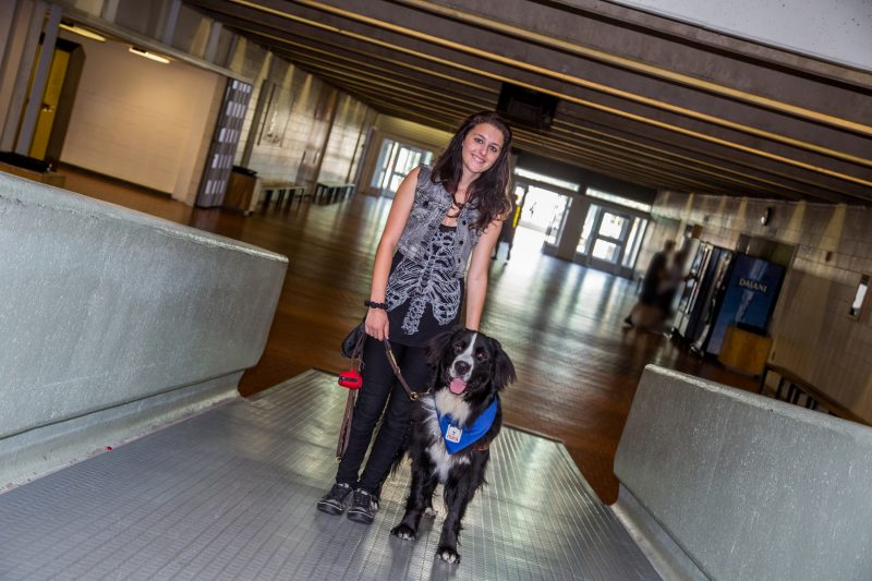 Sarah Ayotte a besoin de son chien MIRA en tout temps, même à l'école.   TC Média - Pascal Cournoyer