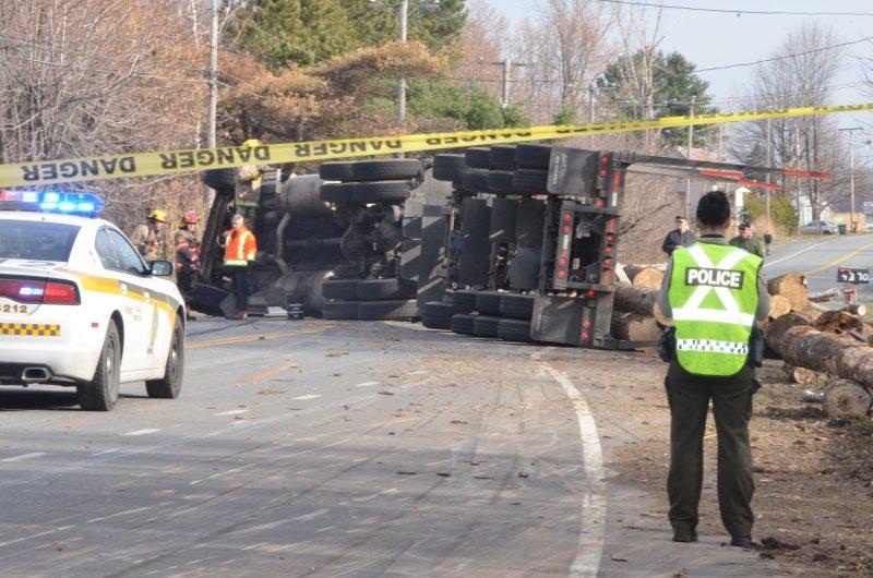 Un camionneur ayant un chargement de billot de bois a perdu la maîtrise de son véhicule sur la route 132 à Saint-Robert. | TC Média - Sarah-Eve Charland