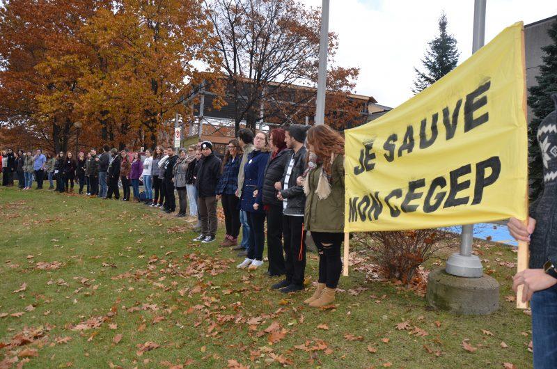 Les étudiants ont déjà montré leur appui aux enseignants en organisant, l3 novembre, une chaîne humaine devant le Cégep en lien avec le mouvement « Je sauve mon Cégep ». | TC Média - Sarah-Eve Charland