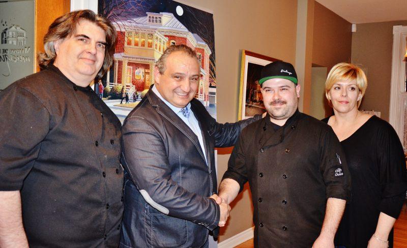 Trois des cinq chefs du souper des chefs qui se déroulera en compagnie de Giovanni Apollo.   Photo : TC Média – Sarah-Eve Charland