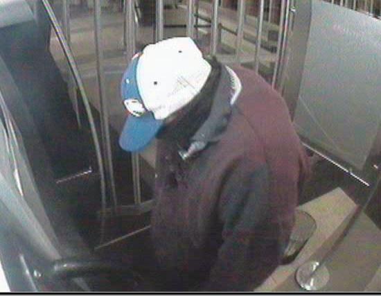 Le suspect portait une casquette bleue et blanche avec l'inscription « Budlight », un manteau bourgogne, un pantalon bleu et des espadrilles bleues avec les semelles blanches. | Photo gracieuseté