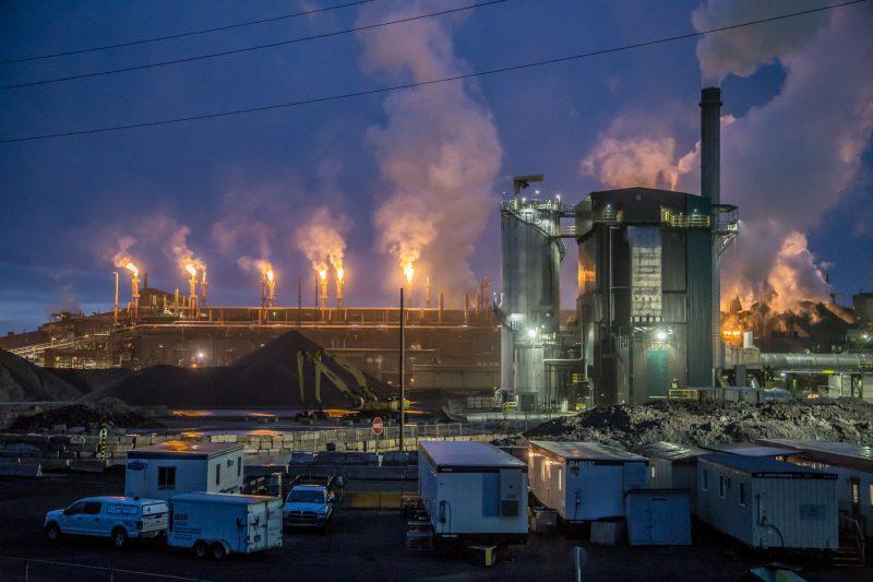 Les torchères crachant le feu peuvent être vues à des kilomètres à la ronde. | Photo: TC Média - Pascal Cournoyer
