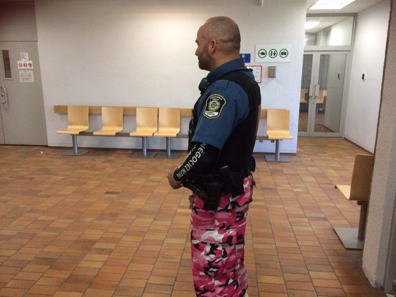 Les constables spéciaux du palais de justice de Sorel-Tracy ont arboré les pantalons colorés comme moyen de pression le 11 et 12 juin. | TC Média - Sarah-Eve Charland