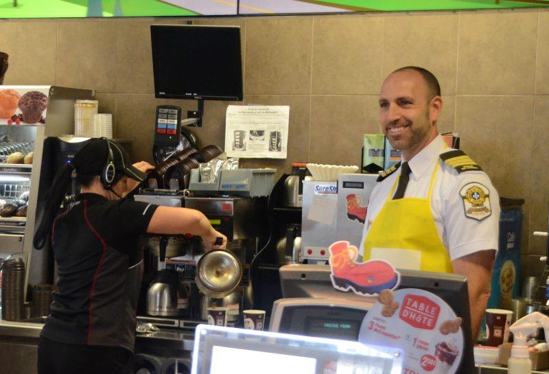 Luc Pellerin, directeur du poste de la SQ à Sorel-Tracy, a servi le café lors du Grand McDon. | Photo: TC Média - Jean-Philippe Morin