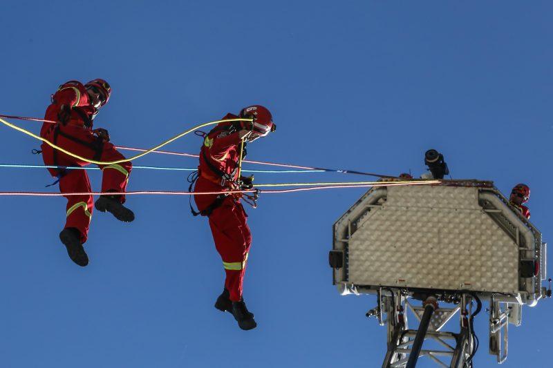 Les visiteurs ont pu apprécier des simulations de sauvetage en hauteur.   Photo:TC Média - Pascal Cournoyer
