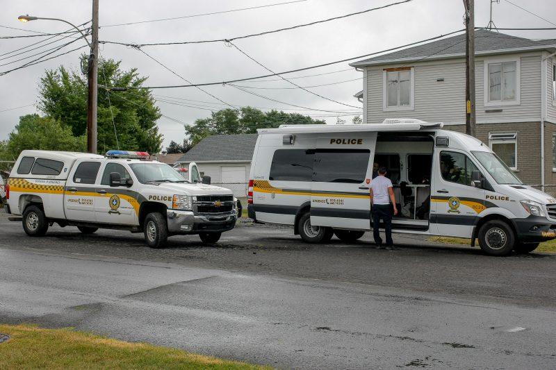 Le poste de commandement des policiers a été déplacé sur le boulevard Fiset, le vendredi 12 août. | Photo TC Média: Pascal Cournoyer