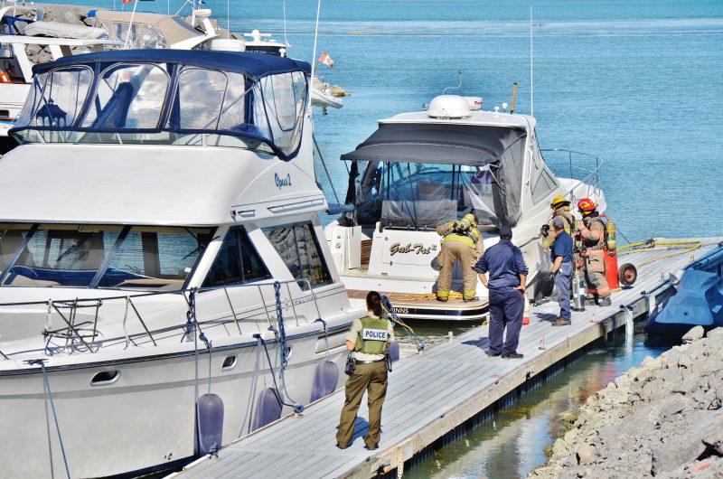 Plusieurs curieux présents à la Marina de Saurel ont regardé les pompiers maîtriser l'incendie sur un bateau amarré. | Photo: TC Média – Julie Lambert