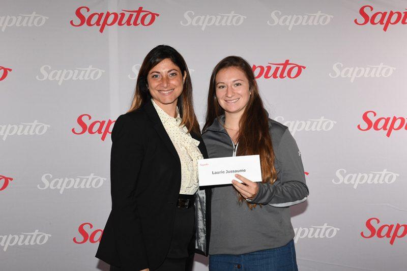 Laurie Jussaume a reçu sa bourse des mains de Sandy Vassiadis, vice-présidente, Communications et responsabilité corporative chez Saputo.  |  © NH Photographes Ltd
