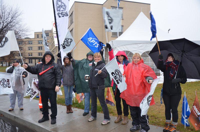 Les employés de la CSN et de l'Alliance du personnel professionnel et technique de la santé (APTS) ont manifesté devant l'Hôtel-Dieu de Sorel. | TC Média - Sarah-Eve Charland