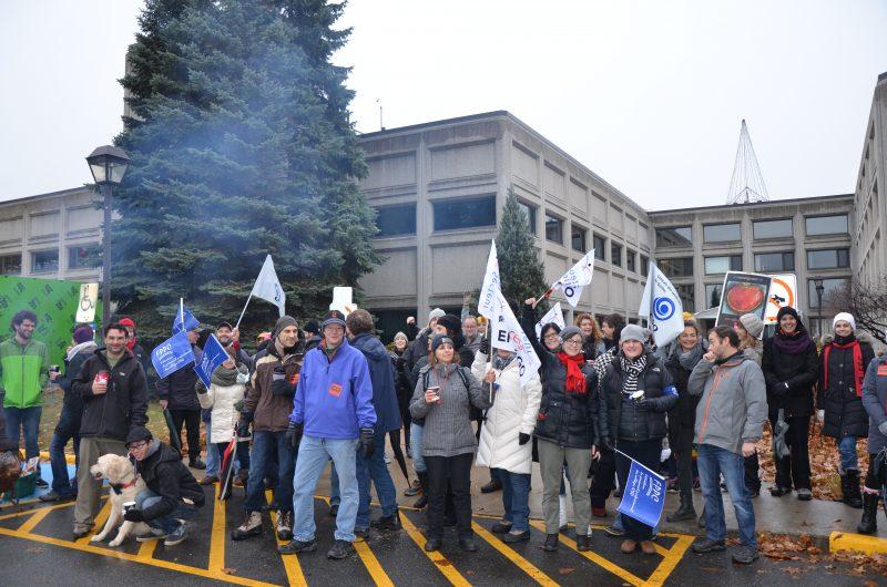Les employés du Cégep de Sorel-Tracy ont montré leur mécontentement en manifestant devant l'établissement. | TC Média - Sarah-Eve Charland