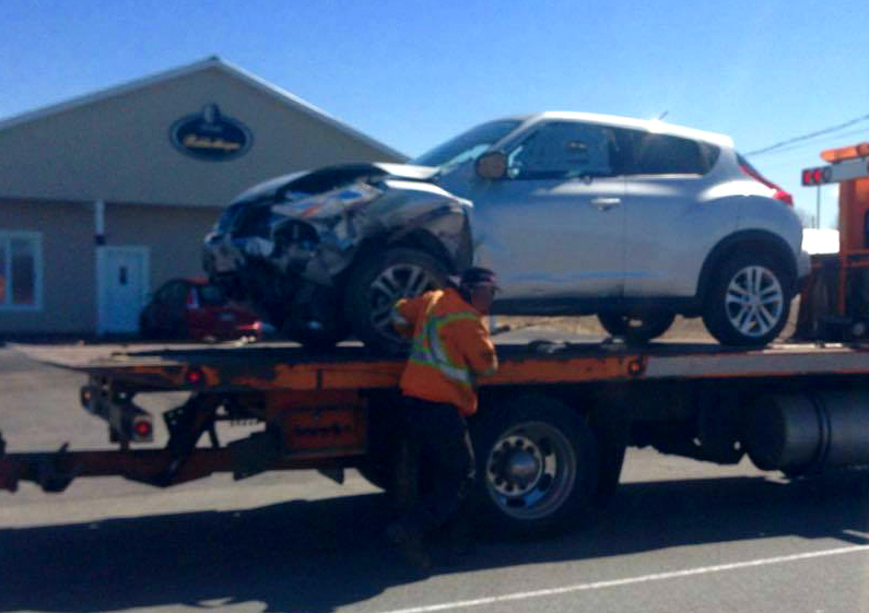 La voiture a été endommagée et sa conductrice a été conduite à l'hôpital, mais on ne craint pas pour sa vie. | gracieuseté – Julie Letendre