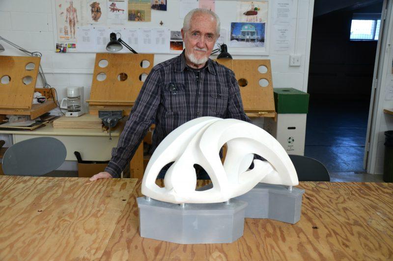 Euclide Cormier, devant la maquette de son œuvre. La vraie sculpture aura 12 pieds de largeur.   TC Média - Sarah-Eve Charland