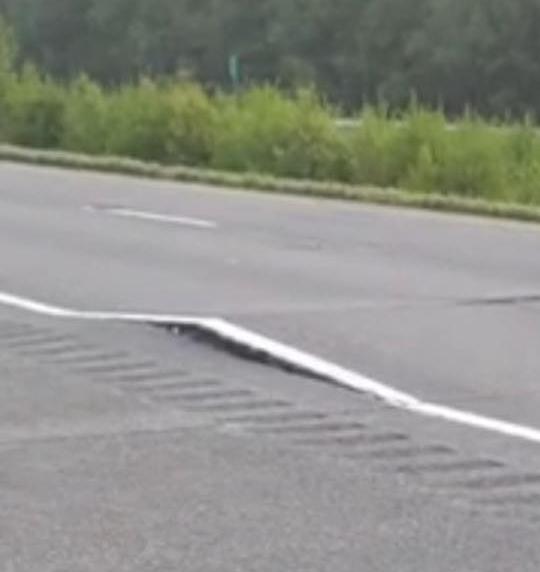 Des bosses se sont formées sur l'autoroute 30 dimanche soir, causant sa fermeture pendant deux jours. | Photo: tirée de Facebook / Simon Millette