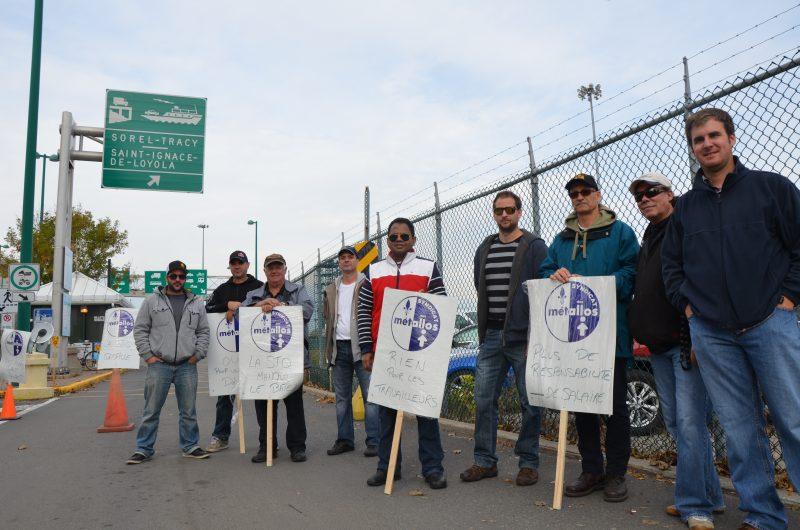 Quinze des 25 travailleurs de la traverse Sorel-Tracy-Saint-Ignace-de-Loyola manifestaient paisiblement ce matin après qu'une grève générale illimitée ait été décrétée. | Photo: TC Média - Julie Lambert