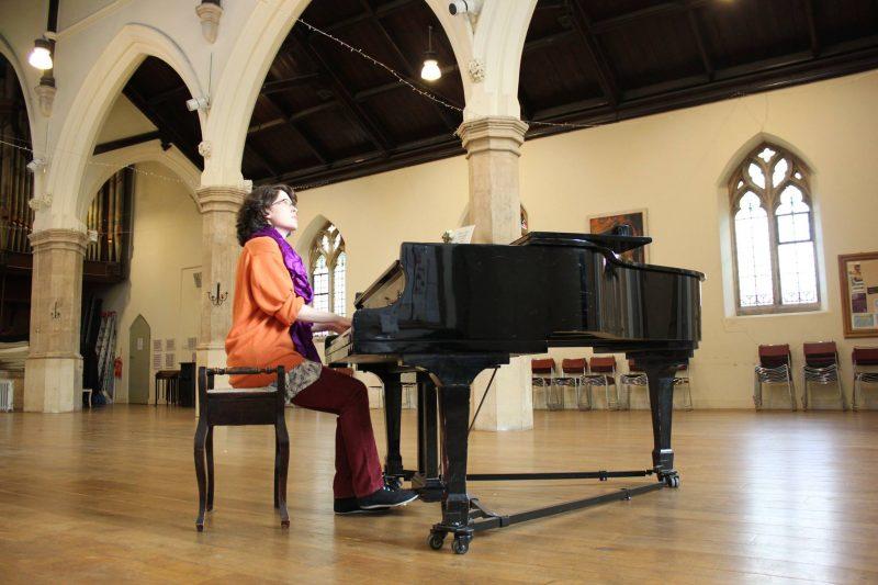 La chanteuse soreloise Alicia Montplaisir jouera dans cette église de Londres, le 24 février. | Photo : Gracieuseté – Fabio Tedde