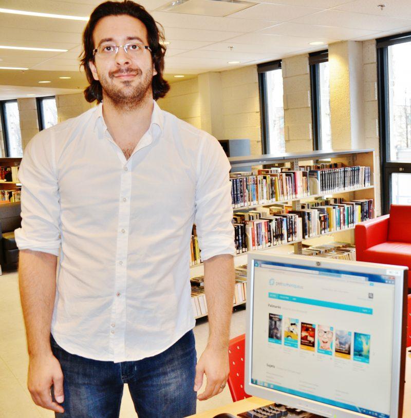 L'arrivée des livres numériques dans les bibliothèques de Sorel-Tracy réjouit le nouveau directeur, Renaud Vernet. | Photo: TC Média – Julie Lambert