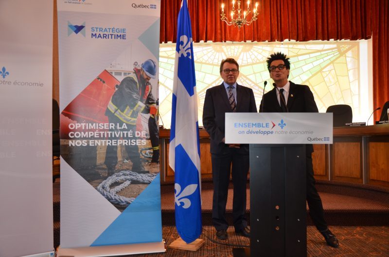 Le ministre délégué aux Affaires maritimes, Jean d'Amour, et le maire de Sorel-Tracy, Serge Péloquin.   TC Média - Sarah-Eve Charland