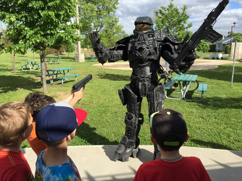 MasterChief, personnage bien connu du jeu Halo, a donné des Mister Freeze aux enfants du parc Antoine-Pécaudy de Contrecoeur le 10 juin. | Gracieuseté