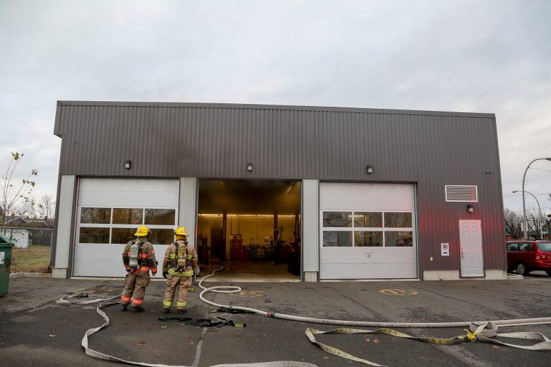 Un incendie a éclaté dans un commerce du secteur Tracy cette nuit. | TC Média - Pascal Cournoyer