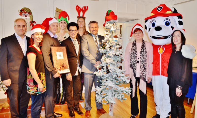 Le comité organisateur entouré de collaborateurs. | Photo: TC Média – Julie Lambert