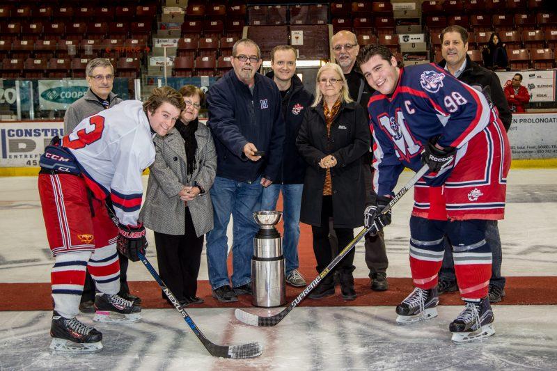 Des membres de Hockey Richelieu, accompagnés de quelques anciens présidents, ont effectué la mise au jeu protocolaire. | TC Média - Pascal Cournoyer