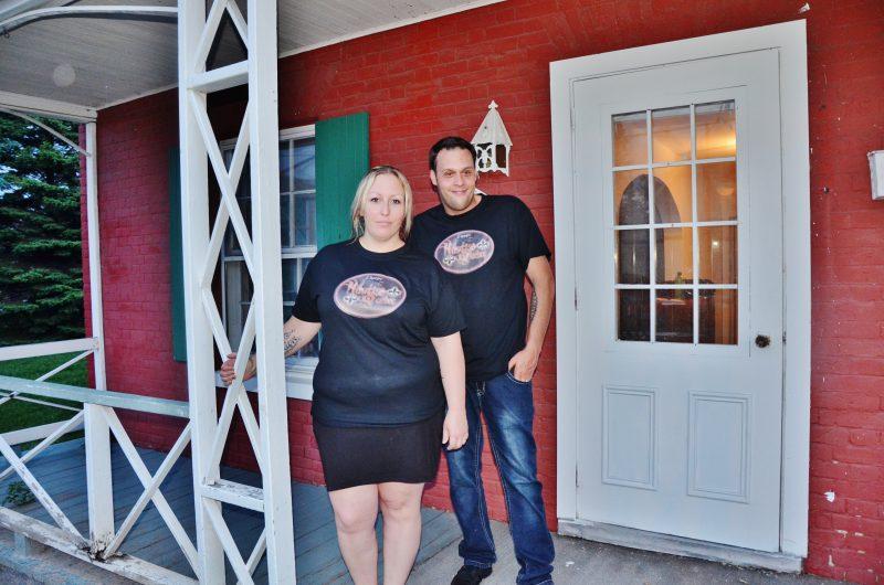 Une enquête a été menée par l'équipe d'Hantise Québec dans une maison de la rue Prince, le 10 juin dernier. Sur la photo, les enquêteurs Aly Sweeney et Frank Natarelli. | Photo: TC Média- Julie Lambert