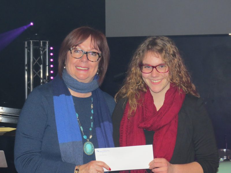 La gagnante, Marianne Lussier, reçoit son prix des mains de la directrice générale du Cégep de Sorel-Tracy, Fabienne Desroches. | gracieuseté – Laurent De Rome