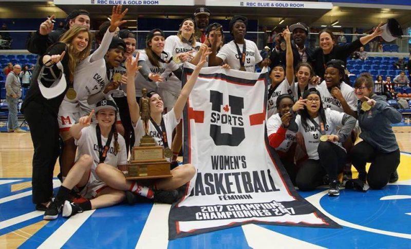 Marika Guérin (coin inférieur gauche) célèbre sa conquête du championnat national de basketball universitaire féminin avec ses coéquipières. | Photo: Gracieuseté