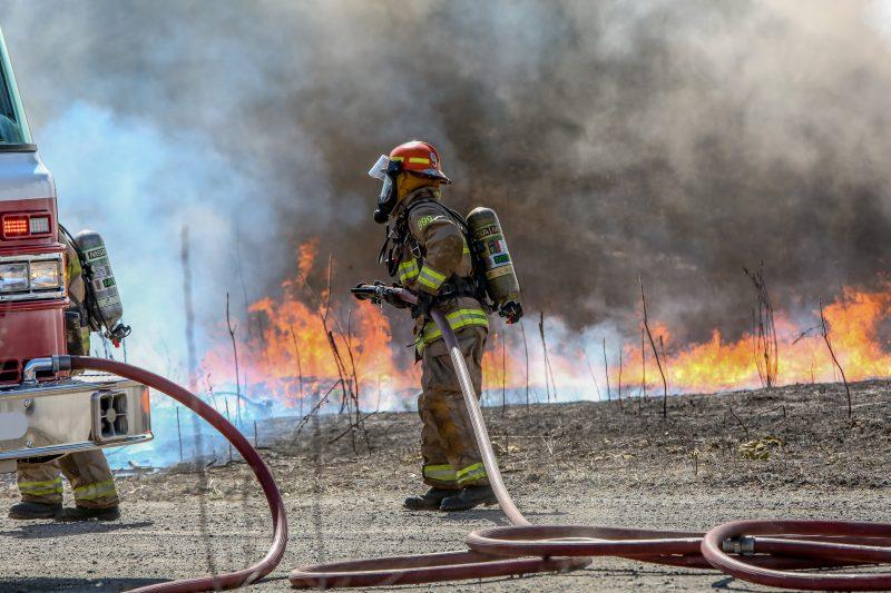 Une voiture s'est enflammée dans un stationnement du parc industriel à Sorel-Tracy. | TC Média - Pascal Cournoyer