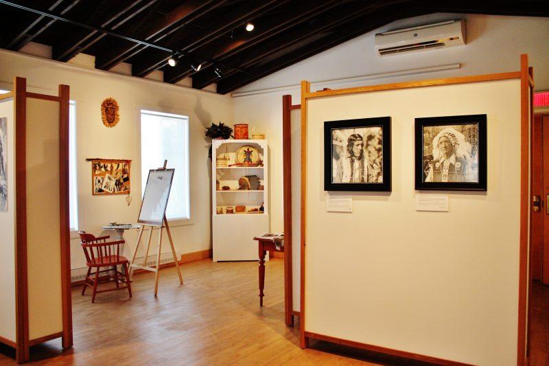 :L'artiste abénakise Joyce Panadis présente son exposition temporaire intitulée Essence d'un peuple jusqu'au 9 octobre prochain. | Photo: Gracieuseté - Société historique d'Odanak