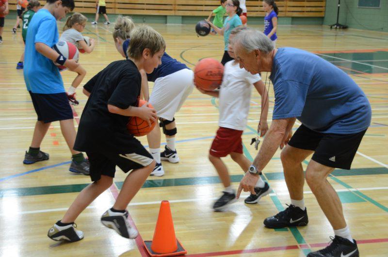 L'entraîneur Pierre Lemay aide aussi les jeunes à se développer avec son camp de basketball «La relève» en août. | TC Média - archives