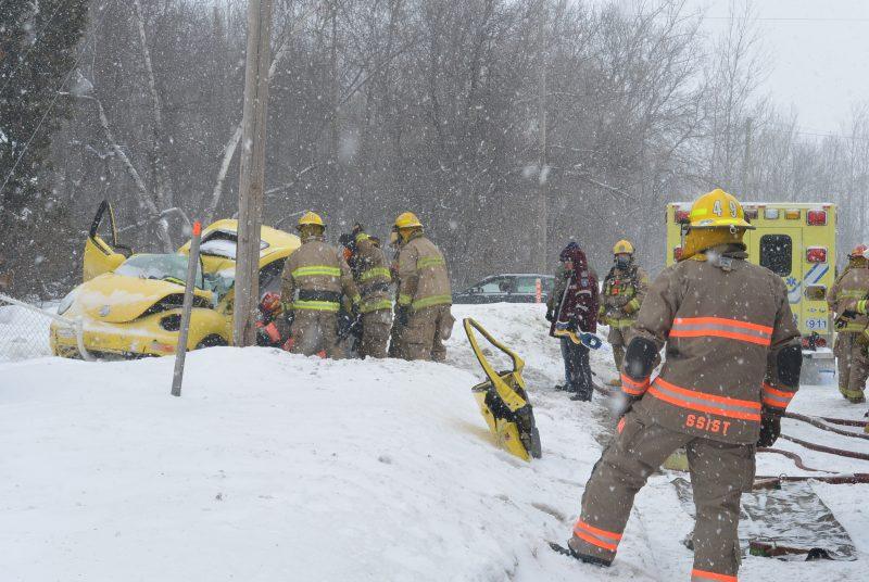 Un accident est survenu le 8 février 2015 sur le boulevard Fiset. Une conductrice a perdu la maîtrise de son véhicule et a percuté un poteau Hydro-Québec. | TC Média - Sarah-Eve Charland