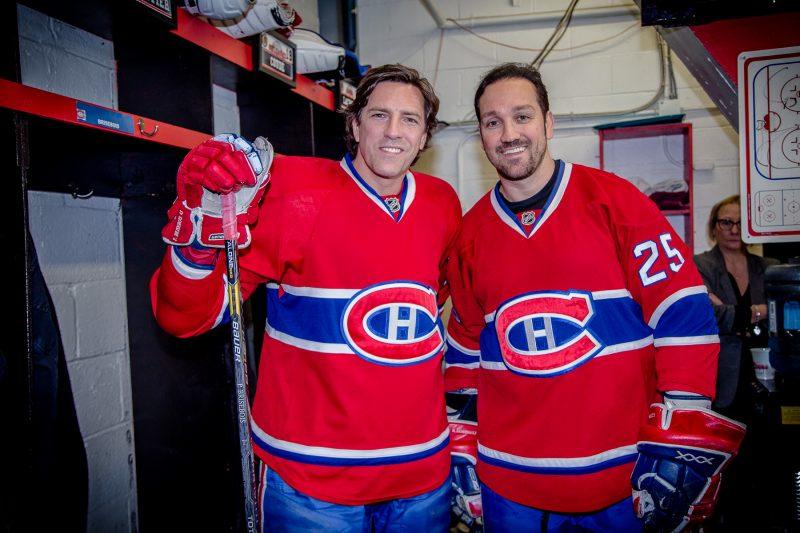 Les ex-défenseurs du CH, Patrice Brisebois et Mathieu Dandenault, dans le vestiaire. | Photo: TC Média - Pascal Cournoyer