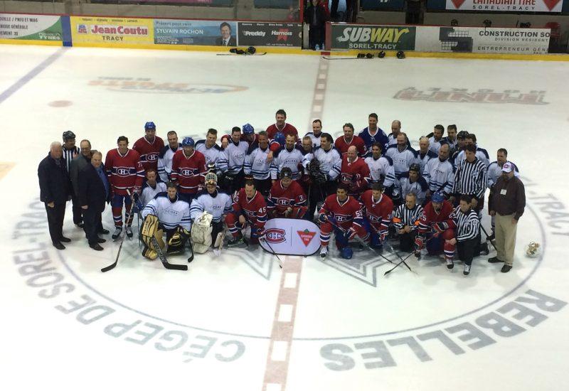 Les deux équipes ont pris la pose après la rencontre. | Photo: TC Média - Jean-Philippe Morin
