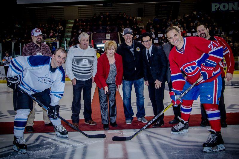 La mise au jeu officielle a regroupé des membres du Vaisseau d'Or et différents dignitaires. | Photo: TC Média - Pascal Cournoyer
