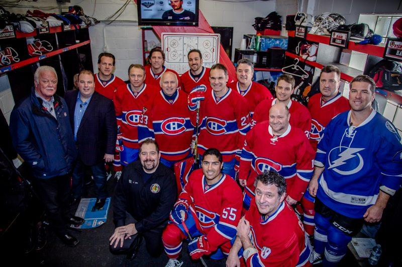 Toute l'équipe des Anciens Canadiens pose fièrement dans le vestiaire en compagnie du conseiller en solutions médias chez TC Media, Kévin Arseneault. | Photo: TC Média - Pascal Cournoyer