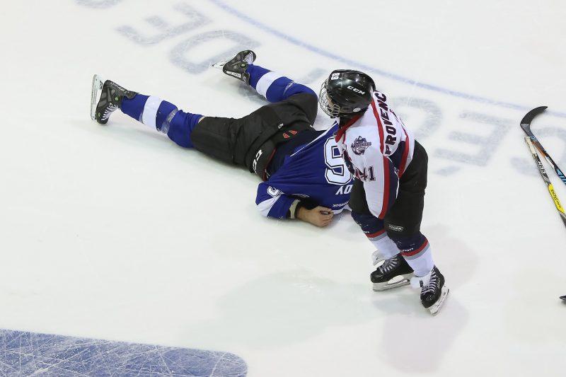 André Roy a perdu son combat contre un joueur de l'AHMBR! | Photo: TC Média - Pascal Cournoyer