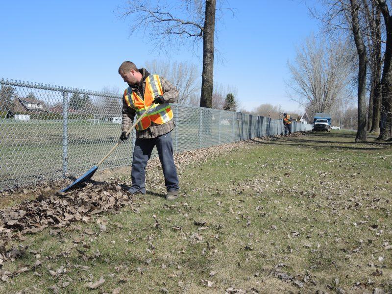 Une trentaine d'employés du Service des Travaux publics de la Ville de Sorel-Tracy s'affairent au ménage du printemps. | TC Média - Sarah-Eve Charland