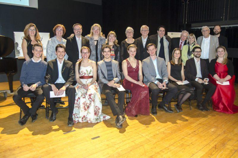 Les lauréats accompagnés des donateurs des bourses et prix qui leur ont été remis. | Photo: Gracieuseté - Stéphane Martin